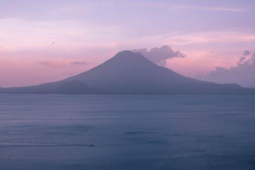 Darmowe zdjęcie z galerii z ameryka środkowa, atitlan, fioletowy, góra