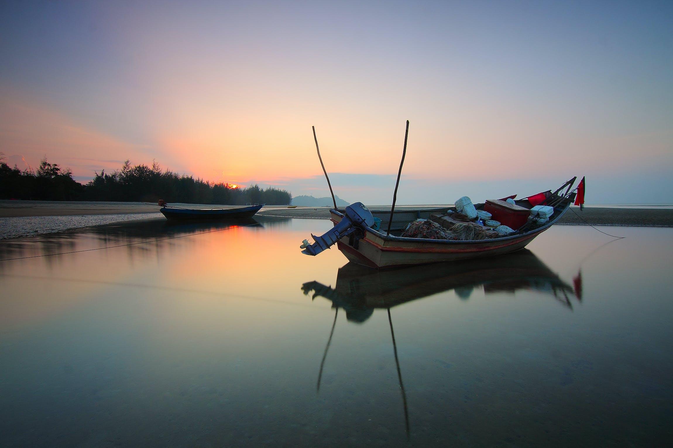 Foto profissional grátis de água, alvorecer, árvores, barco de pesca