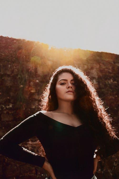 Gratis stockfoto met adolescente, bokeh, cabelo cacheado, clarão do sol