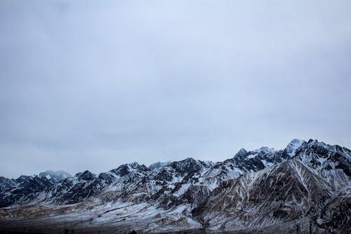 Бесплатное стоковое фото с гора, горные вершины, горный хребет, заснеженные горы