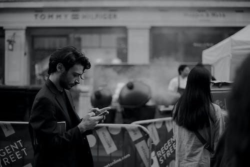 Δωρεάν στοκ φωτογραφιών με smartphone, άνδρας, ασπρόμαυρο, βάθος πεδίου