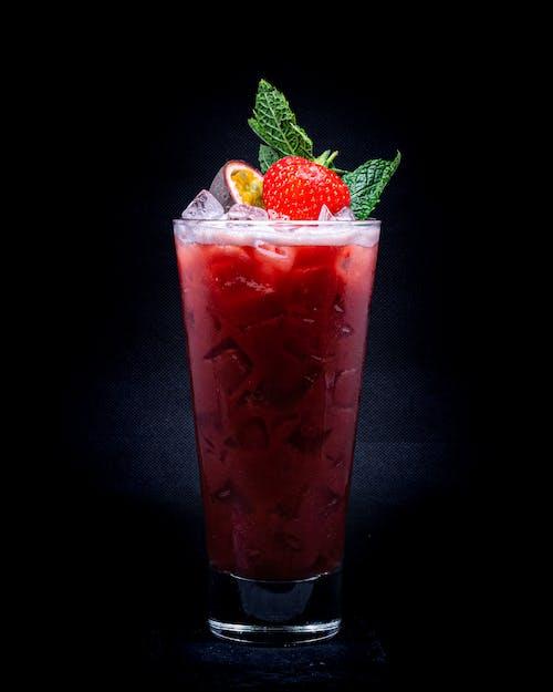 Бесплатное стоковое фото с алкоголь, алкогольные напитки, бокал для коктейля, клубника