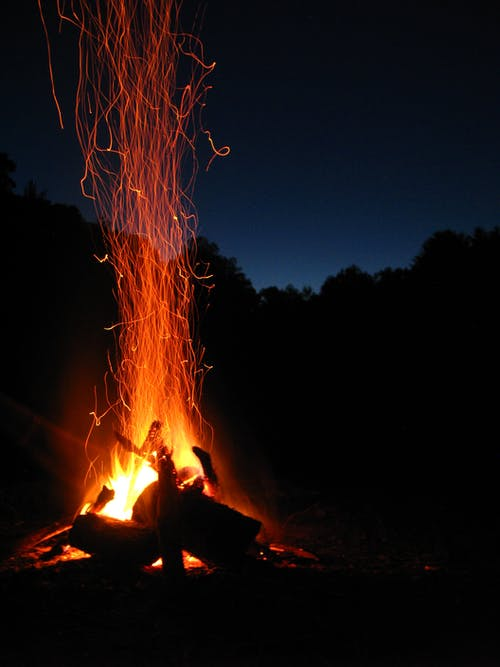 Kostenloses Stock Foto zu brennholz, dunkel, feuer, flamme