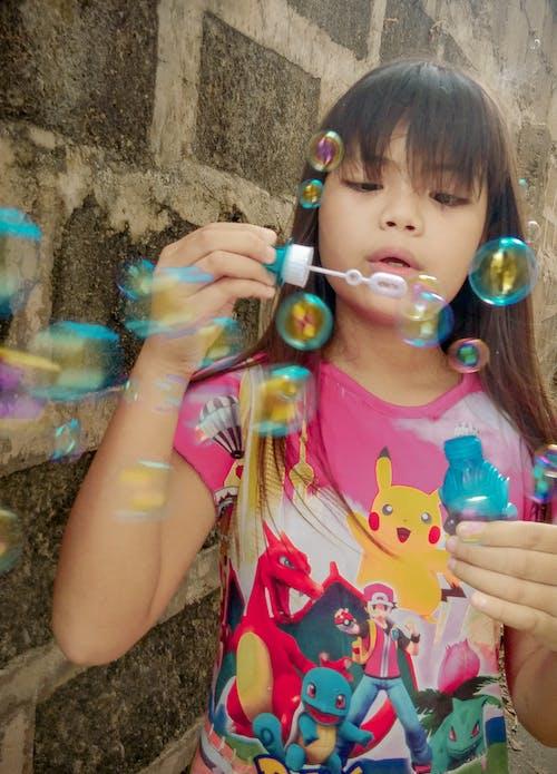 Foto profissional grátis de menininha, jogar, bolhas, retrato