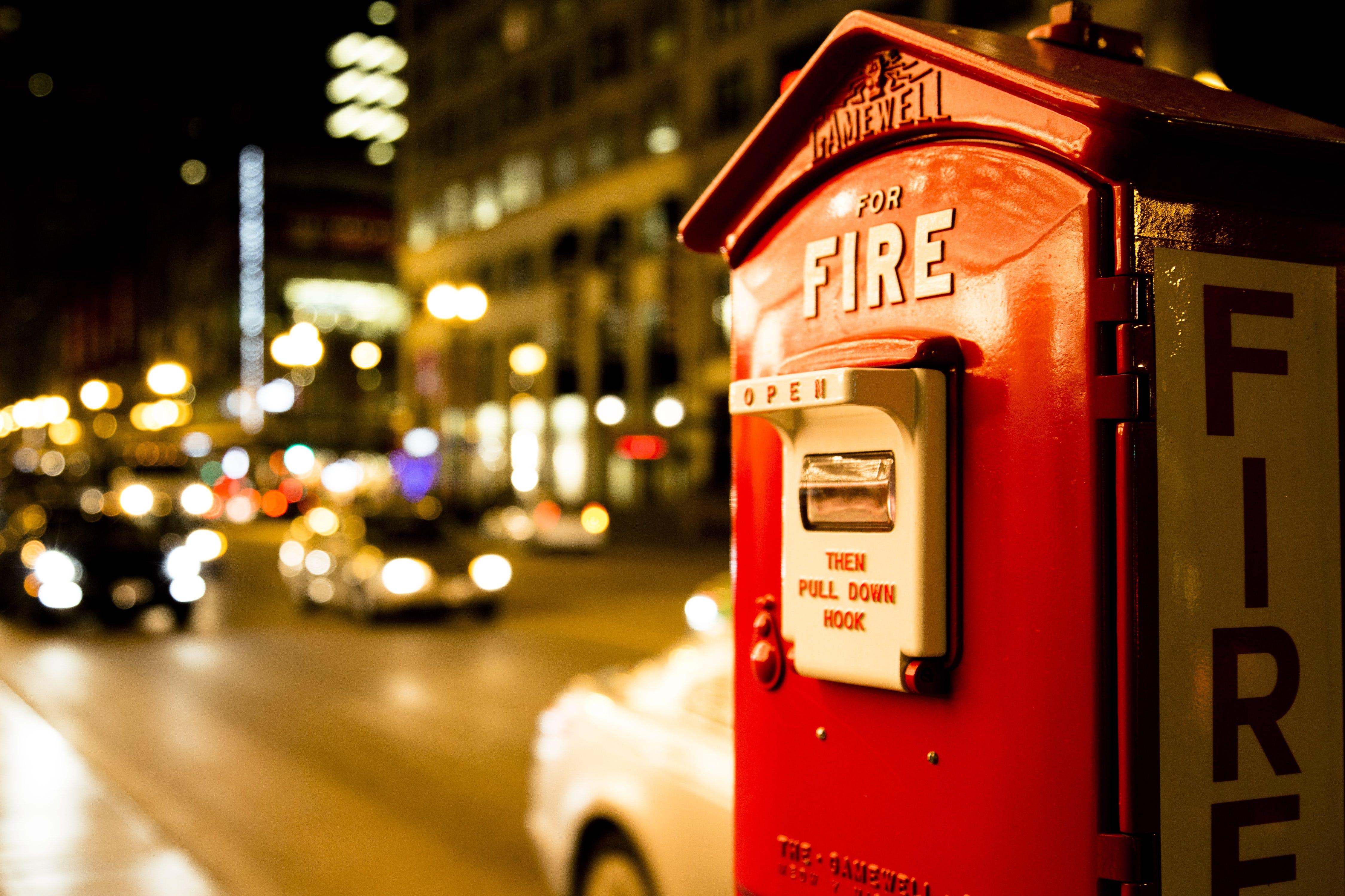 Kostnadsfri bild av arkitektur, bilar, brandsläckare, byggnad