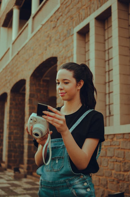 Foto stok gratis fashion, kamera, kamera instan, kaum wanita
