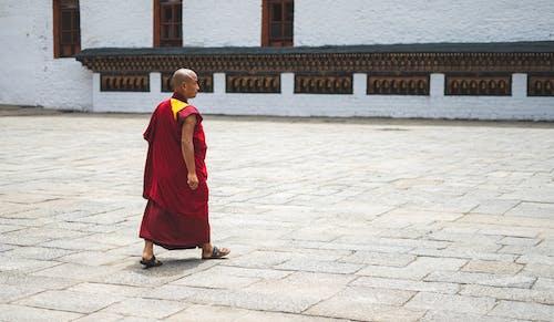 Základová fotografie zdarma na téma beton, chůze, mnich, muž