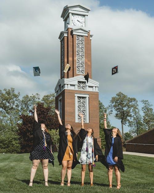 Бесплатное стоковое фото с бальное платье, бросать, выпускники колледжа, выпускники университета