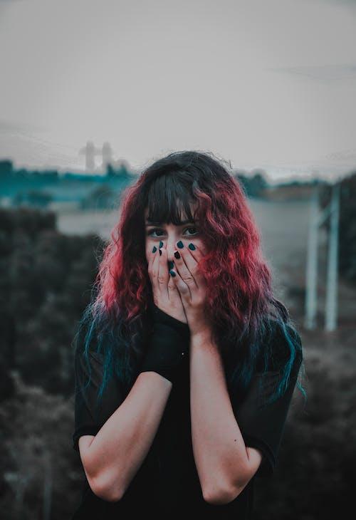 黒のトップを着ている女性の浅い焦点の写真