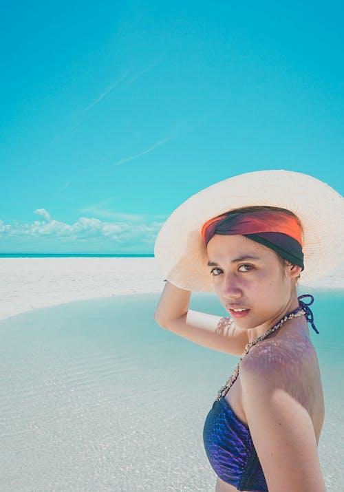 Foto profissional grátis de debaixo do sol, foto de viagem, fotografia de retrato, garota da ilha