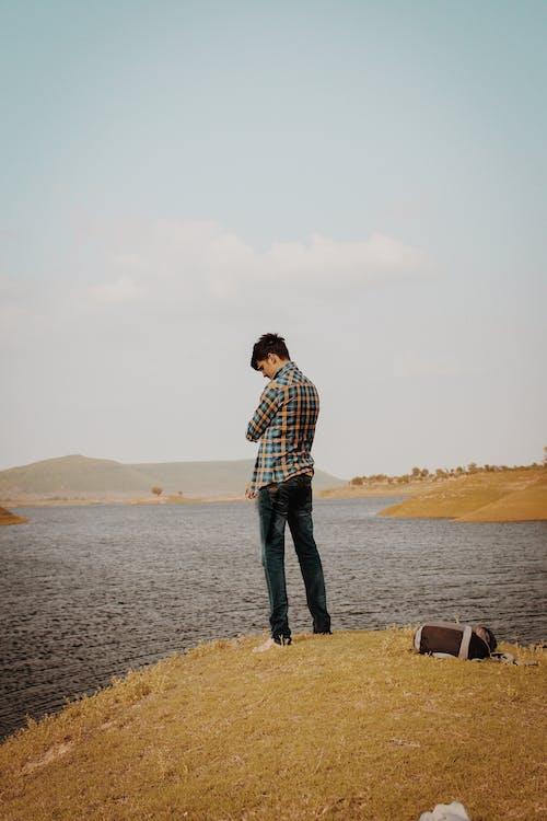 20-25 yaşında erkek, ayakta, göl içeren Ücretsiz stok fotoğraf