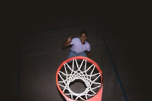 Foto d'estoc gratuïta de alegre, bàsquet, bàsquet net, ciment