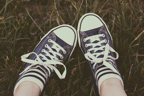 Gratis lagerfoto af Ben, fodtøj, fødder, græs