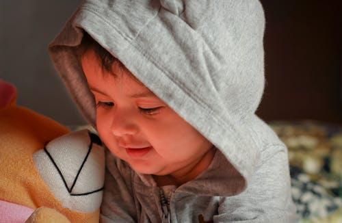 Foto stok gratis 50mm, anak perempuan cantik, bermain, boneka