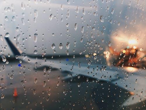 Безкоштовне стокове фото на тему «аеропорт, вікна літака, дощ, дощовий»