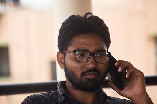 Безкоштовне стокове фото на тему «людина говорити з кимось по телефону в гніві»