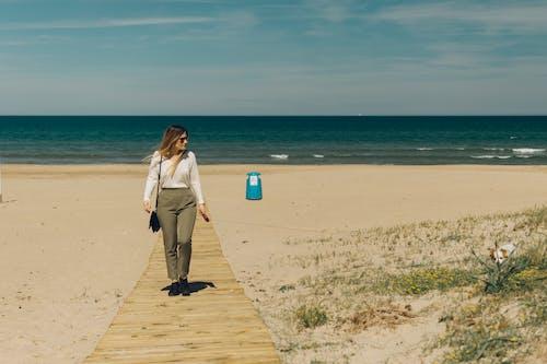 Photos gratuites de belle jeune femme, chien, océan, plage
