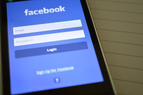 Smartphone Mostrando Aplicativo Do Facebook