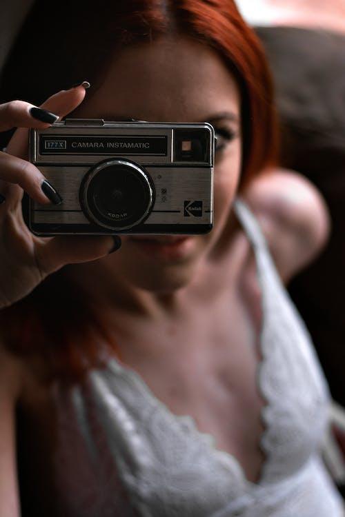 Ảnh lưu trữ miễn phí về ảnh cổ điển, bàn tay phụ nữ, gợi cảm, Máy ảnh