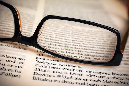 Photos gratuites de bible, gros plan, lunettes, page