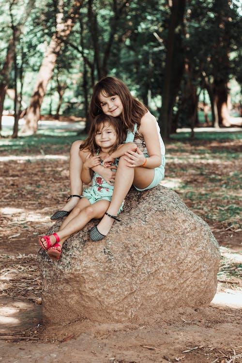 crianças, floresta, rocha