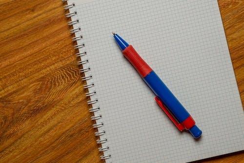 Gratis arkivbilde med kø, linje, notisbok, penn