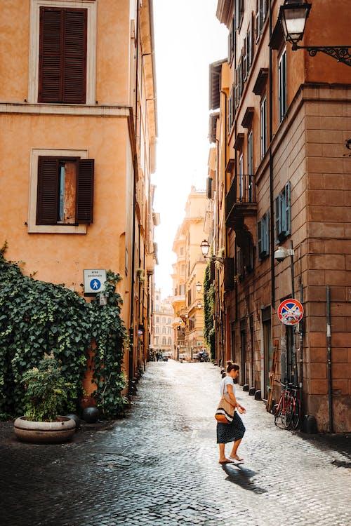 城市, 女人, 女性, 巷弄 的 免费素材照片