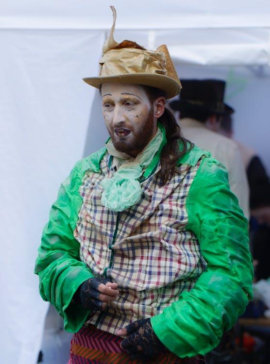 aktor, figura, kolorowe ubrania