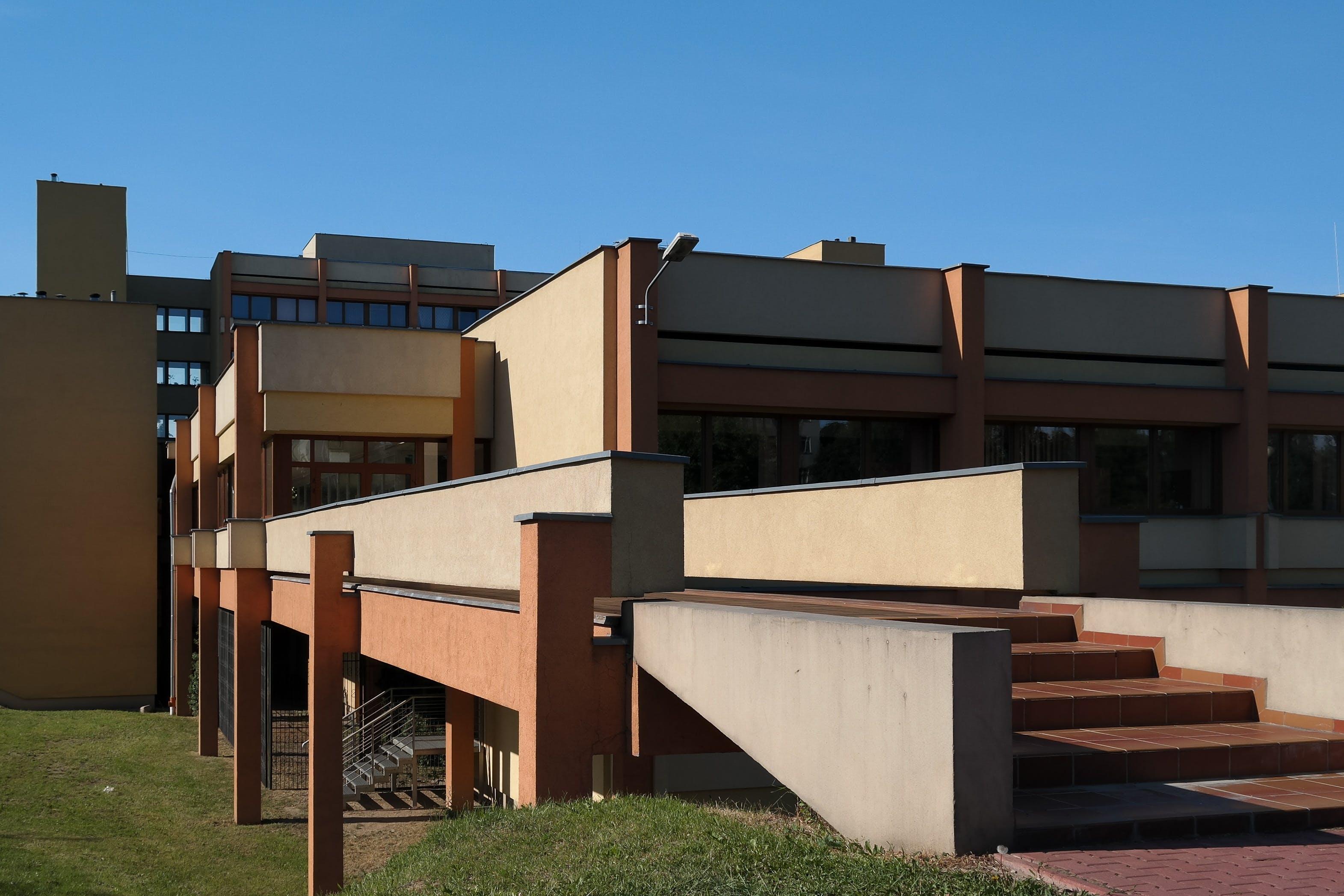 Kostenloses Stock Foto zu architektur, gebäude, gras, stufen
