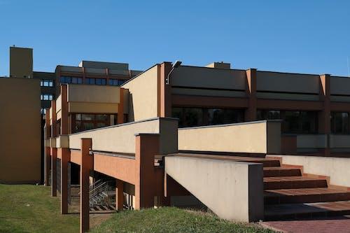 Fotos de stock gratuitas de arquitectura, césped, edificio, escaleras