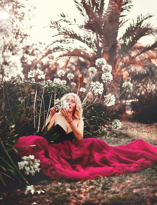 Foto d'estoc gratuïta de aromàtic, assegut, cabells rossos, conjunt de roba