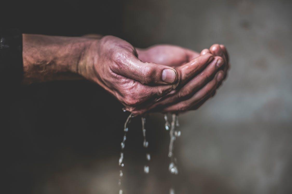 mans ruce, ruce, ruce drží vodu