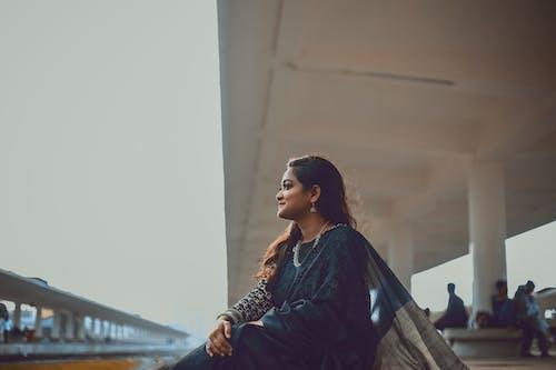 坐下, 女人穿著黑色紗麗禮服, 火車月台 的 免費圖庫相片