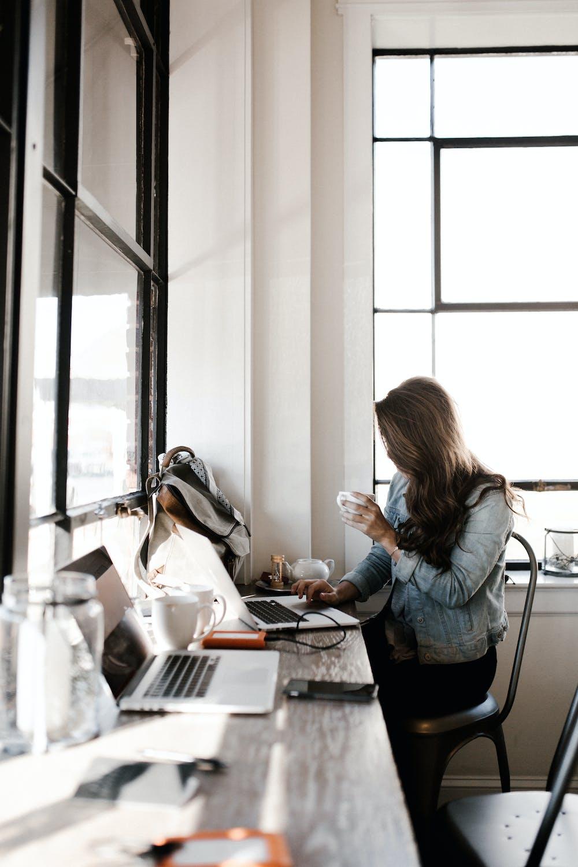 Woman using her laptop. | Photo: Pexels
