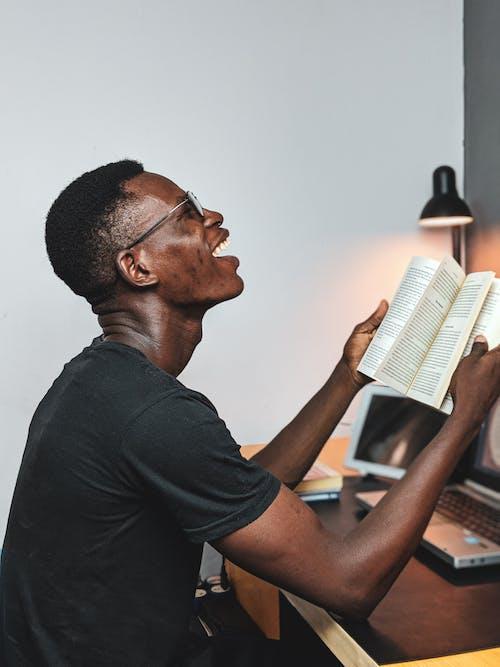 Fotos de stock gratuitas de feliz, hombre, hombre negro, libro