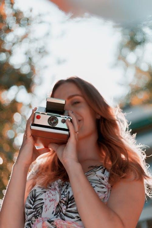 即時相機, 女人, 拍照片, 相機 的 免費圖庫相片