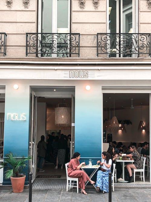 女性, 建築物正面, 街, 餐廳 的 免费素材照片