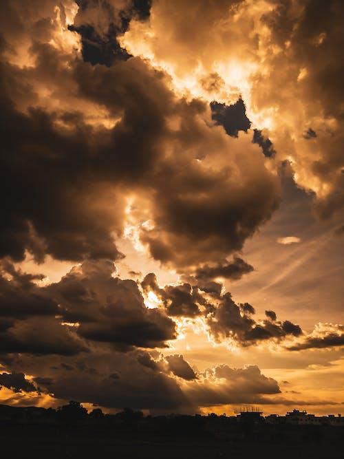 Foto profissional grátis de alvorecer, cair da noite, céus sombrios, clima