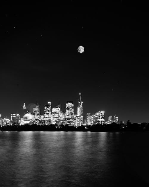 Kostenloses Stock Foto zu lichtreflexionen, nachtstadt, stadt, stadtbild