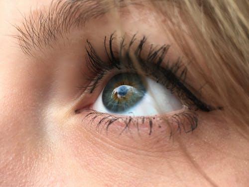 Бесплатное стоковое фото с голубое небо, красивая, красивые глаза, милая девушка