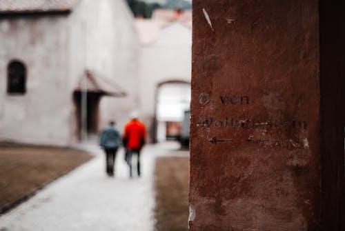 Бесплатное стоковое фото с streetphotography, кладбище, муро