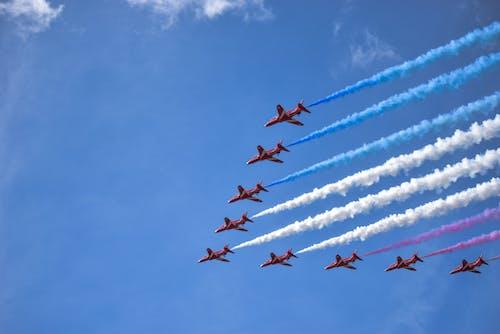 Darmowe zdjęcie z galerii z akrobacje lotnicze, chmury, latanie, lot