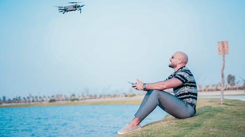 Fotobanka sbezplatnými fotkami na tému dron, drone controller, drone pilot, jazero