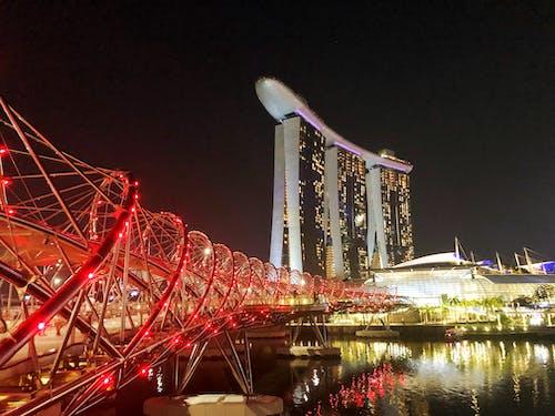 晚上新加坡濱海灣金沙大廈的照片