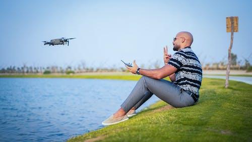 Fotobanka sbezplatnými fotkami na tému 20-25 ročný muž, dron, drone controller, drone kamera