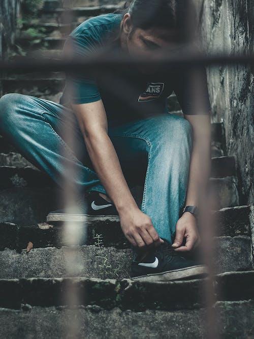 검은 구두, 계단, 좀도둑, 청바지의 무료 스톡 사진