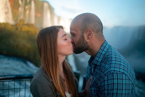 คลังภาพถ่ายฟรี ของ กลางแจ้ง, การอยู่ร่วมกัน, คนกำลังจูบกัน, ความรัก