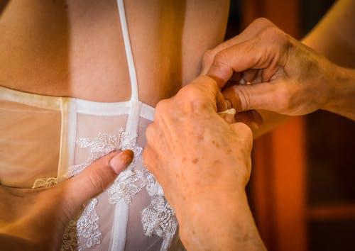 Fotos de stock gratuitas de mamá, novia, parte posterior del vestido