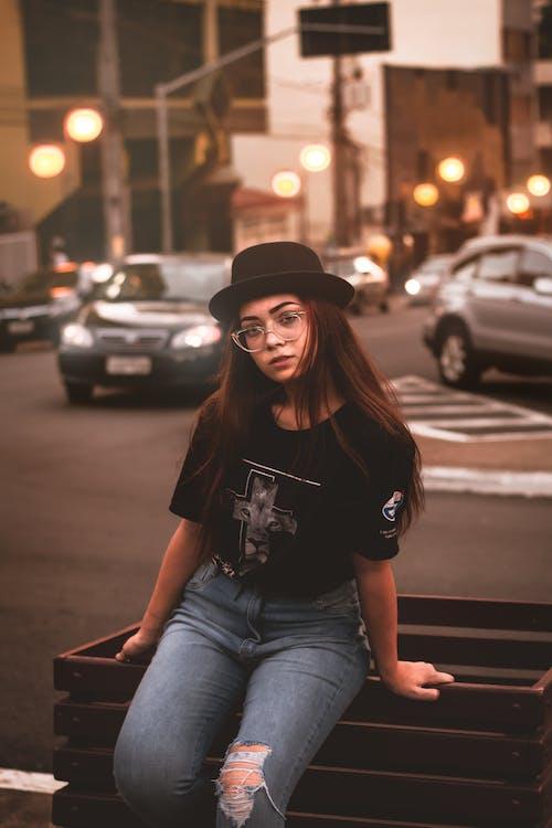 Foto profissional grátis de automóveis, bela menina, brilho de luz, cabelo ao vento