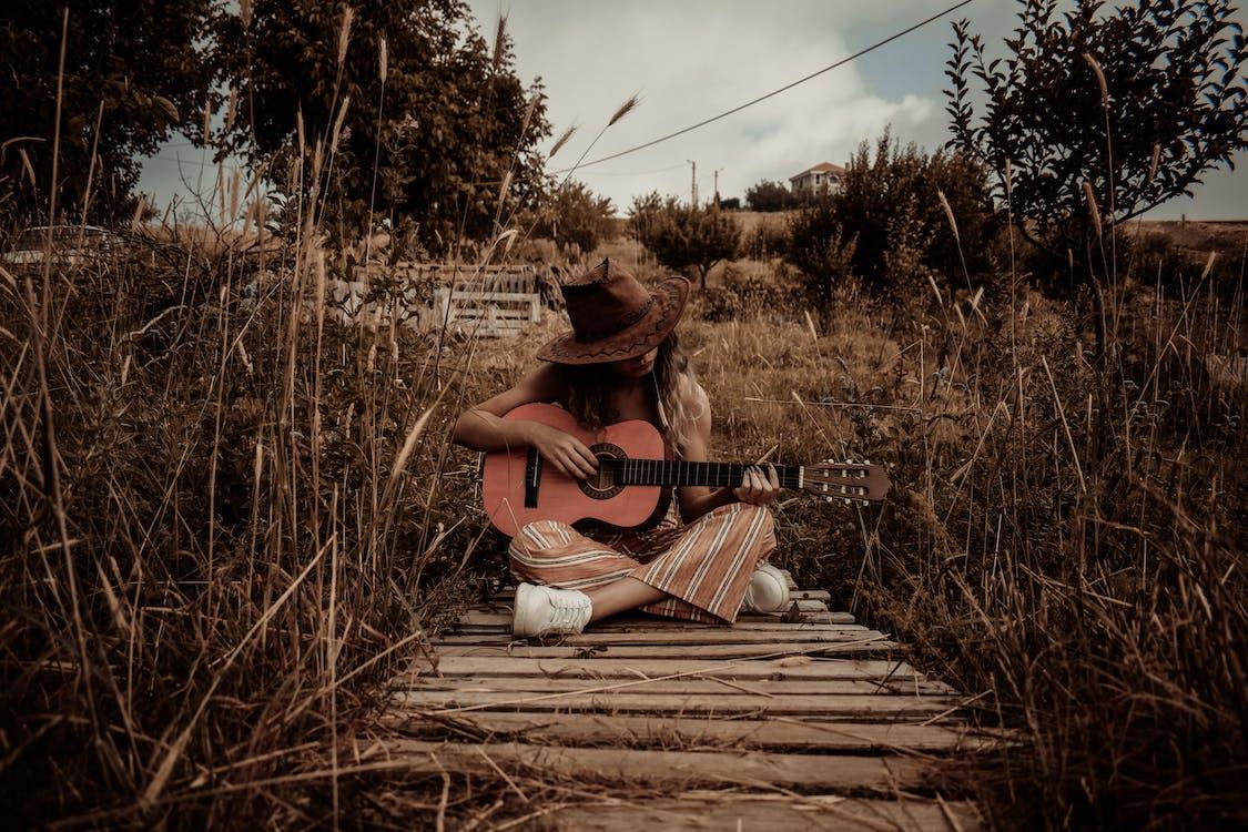 Бесплатное стоковое фото с акустическая гитара, гитара, гитарист